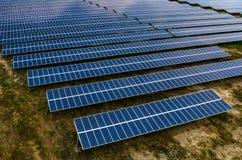 Panneaux solaires, fermes solaires Photos stock