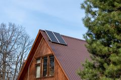 Panneaux solaires installés sur le toit dans une maison de campagne photo libre de droits