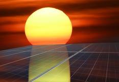 Panneaux solaires ou énergie de piles solaires avec le soleil pour le courant électrique Image libre de droits