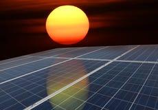 Panneaux solaires ou énergie de piles solaires avec le soleil pour le courant électrique Photo stock