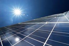 Panneaux solaires ou énergie de piles solaires pour le courant électrique en Asie Image libre de droits