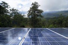 Panneaux solaires ou énergie de piles solaires pour le courant électrique en Asie Image stock