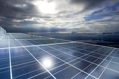 Panneaux solaires ou énergie de piles solaires pour le courant électrique en Asie Photo libre de droits