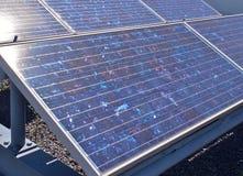 Panneaux solaires ou piles solaires de silicium polycristallines sur le dessus de toit Photo stock