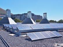 Panneaux solaires ou piles solaires de silicium polycristallines sur le dessus de toit du bâtiment Image stock
