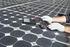 Panneaux solaires photovoltaïques d'énergie de réparation de travailleur Images stock