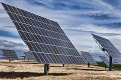 Panneaux solaires photovoltaïques d'énergie verte de HDR Photos stock