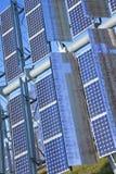 Panneaux solaires photovoltaïques d'énergie verte renouvelable Images libres de droits