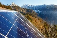 Panneaux solaires photovoltaïques dans le secteur naturel montagneux Images libres de droits