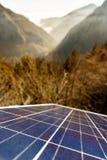 Panneaux solaires photovoltaïques dans le secteur naturel montagneux photo libre de droits