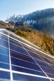 Panneaux solaires photovoltaïques dans le secteur naturel montagneux Images stock