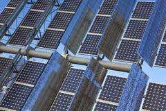 Panneaux solaires photovoltaïques d'énergie verte renouvelable Photographie stock libre de droits