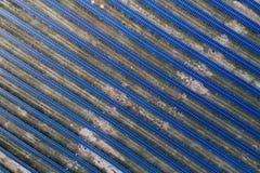 Panneaux solaires placés sur un pré de campagne Photos libres de droits