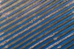 Panneaux solaires placés sur un pré de campagne Images stock