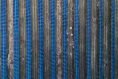 Panneaux solaires placés sur un pré de campagne Photo libre de droits