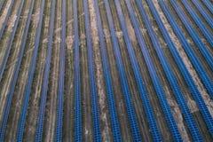 Panneaux solaires placés sur un pré de campagne Image libre de droits