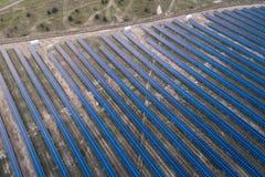 Panneaux solaires placés sur un pré de campagne Image stock