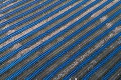 Panneaux solaires placés sur un pré de campagne Photos stock