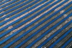 Panneaux solaires placés sur un pré de campagne Photographie stock