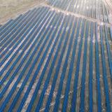 Panneaux solaires placés sur un pré de campagne Photo stock