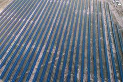 Panneaux solaires placés sur un pré de campagne Images libres de droits