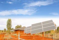 Panneaux solaires, production énergétique du soleil dans le désert rouge, Afrique photos stock