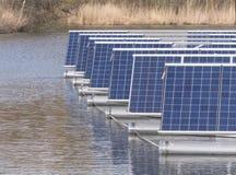Panneaux solaires sur l'eau Photographie stock libre de droits