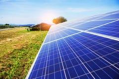 Panneaux solaires sur l'herbe Photos stock