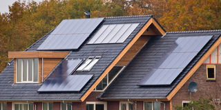 Panneaux solaires sur la maison Photos stock