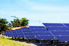 Panneaux solaires sur la pelouse Images stock