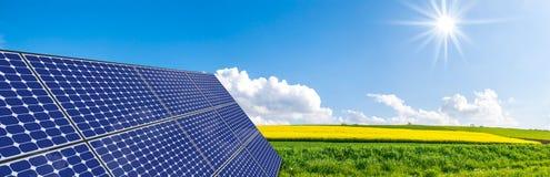 Panneaux solaires sur la trame en acier Photo stock