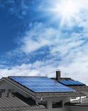 Panneaux solaires sur le dessus de toit de maison Photos libres de droits