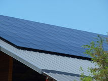 Panneaux solaires sur le nouveau magasin Photographie stock