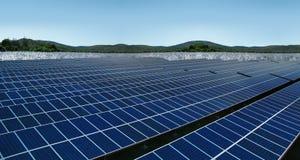 Panneaux solaires sur le paysage de collines de pré Photos libres de droits