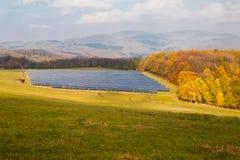 Panneaux solaires sur le pré vert Photographie stock