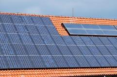 Panneaux solaires sur le toit Photos stock
