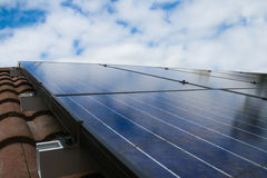 Panneaux solaires sur le toit avec le ciel Photos libres de droits