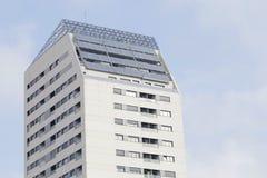 Panneaux solaires sur le toit d'un bâtiment résidentiel Photos stock