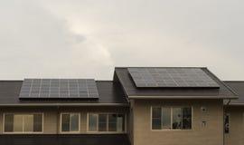 Panneaux solaires sur le toit d'une maison Photographie stock libre de droits