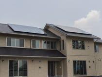 Panneaux solaires sur le toit d'une maison Image stock
