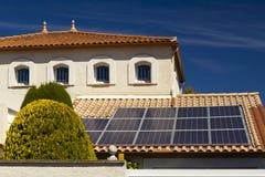 Panneaux solaires sur le toit d'une maison privée image libre de droits