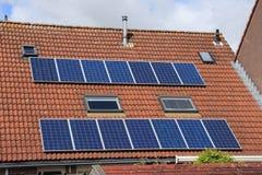 Panneaux solaires sur le toit de la maison au printemps photo stock