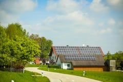 Panneaux solaires sur le toit de maison Photographie stock libre de droits