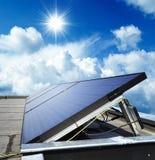 Panneaux solaires sur un bâtiment photos libres de droits