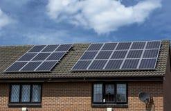 Panneaux solaires sur un toit Images stock