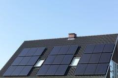 Panneaux solaires sur un toit Images libres de droits