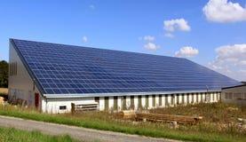 Panneaux solaires sur un toit Photographie stock libre de droits
