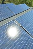 Panneaux solaires sur un toit de bâtiment image stock