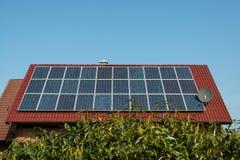 Panneaux solaires sur un toit rouge Photos libres de droits
