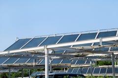 Panneaux solaires Un panneau solaire et une centrale installée sur un parking Photos libres de droits